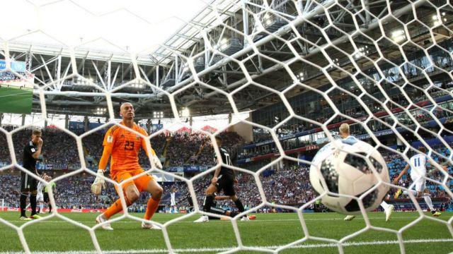 El portero argentino ve como el balón entra en su portería.