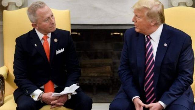 ترامپ کنار در برابر جف ون درو که تازه از حزب دموکرات به جمهوریخواهان پیوسته است