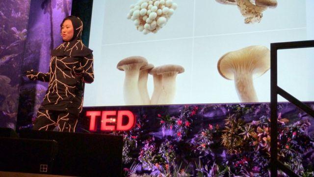 Jae Rhim Lee en Ted Talk con un traje a base de hongos