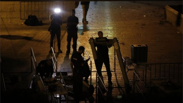 """قوات الأمن الإسرائيلية تزيل الحواجز الأمنية عند بوابة """"الأسباط"""""""