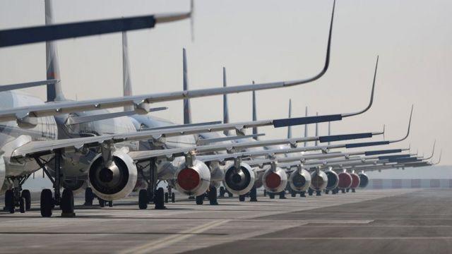 Aviões enfileirados
