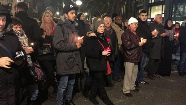 क्रिसमस बाज़ार में हमले की जगह पर मारे गए लोगों को श्रद्धांजलि देने पहुंचे लोग.