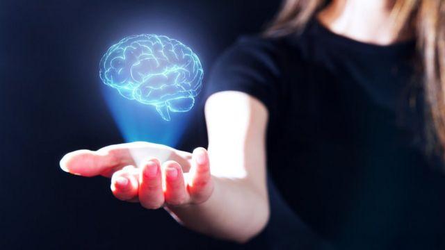Mulher com a ilustração de um cérebro na mão
