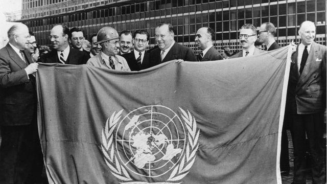 Inauguración del edificio de la ONU en 1945, con bandera de la organización