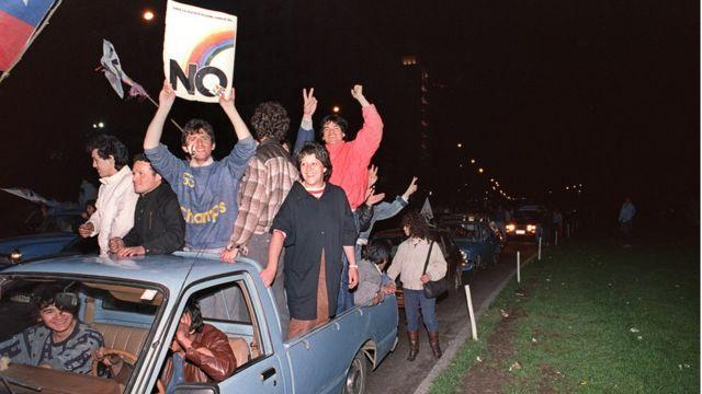 """Opositores a Pinochet celebran el triunfo del """"No"""" en el plebiscito de 1988."""