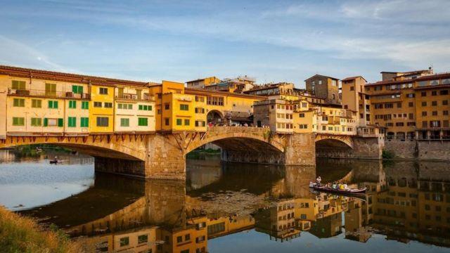 Puente sobre el río Arno