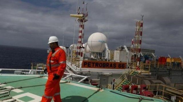 Funcionário fotografado em plataforma da Petrobras