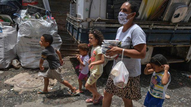 Familia caminando con comida, Brasil