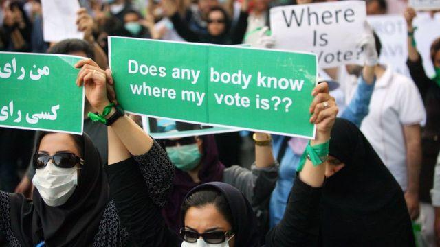 Pristalice reformskog kandidata Mira Hoseinija Musavija na protestu u Teheranu 17. juna 2009.