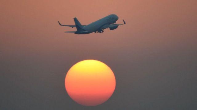 Avião decola