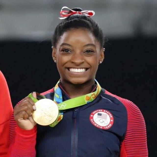 Simone Biles, con su tercer medalla de oro.