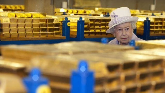Центробанки многих стран мира хранят своё золото в 9 подвалах Банка Англии. Сейчас там 400 000 слитков в таких вот палетах: по 80 штук, весом 1 тонну каждая.