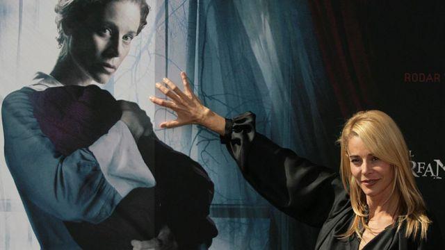 """La actriz española Belén Rueda frente al cartel de """"El Orfanato"""" en Madrid, en 2007."""