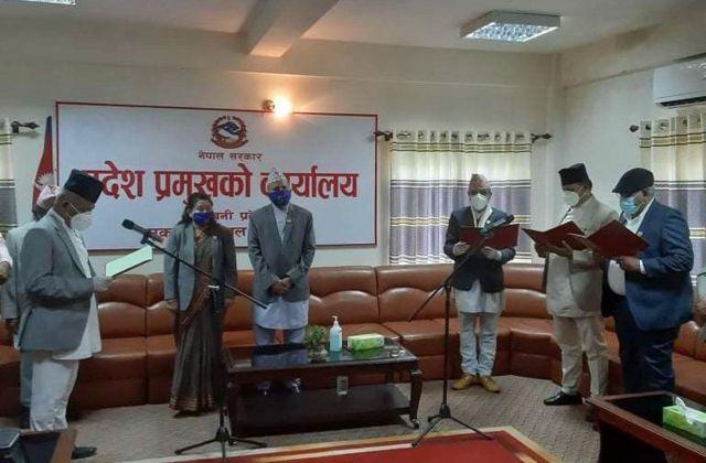 लुम्बिनी प्रदेश सरकारका नवनियुक्त तीन मन्त्रीलाई पद तथा गोपनीयताको शपथ गराउँदै प्रदेश प्रमुख धर्मनाथप्रसाद यादव