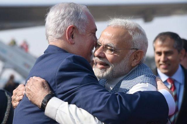 इसराइल के प्रधानमंत्री बेन्यामिन नेतन्याहू से गले मिलते नरेंद्र मोदी