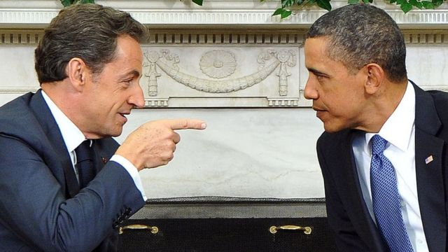 Barack Obama écoute son homologue français Nicolas Sarkozy lors d'une réunion dans le Bureau ovale à la Maison Blanche le 10 janvier 2011