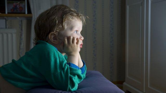 Niños viendo tele