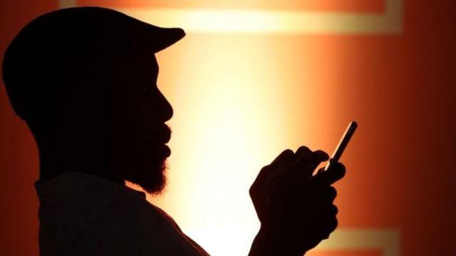 رجل يدخن