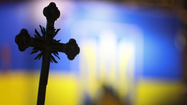 Хрест з прапором на тлі
