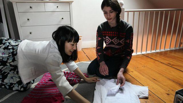 Marie Kondon plegando ropa