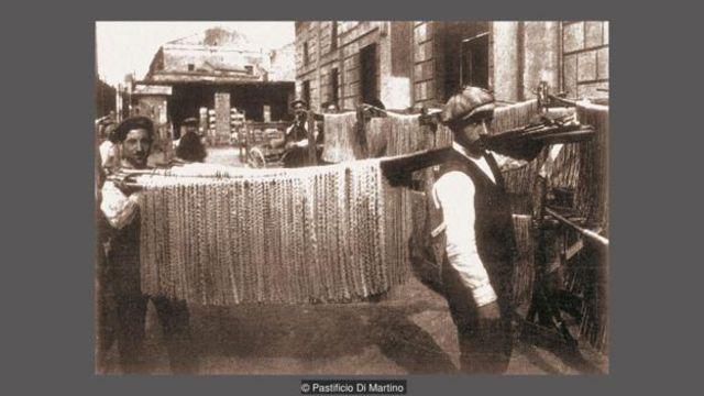 Vào cuối thế kỷ 19, các nhà máy pasta làm khô chầm chậm pasta của họ ở ngoài trời.