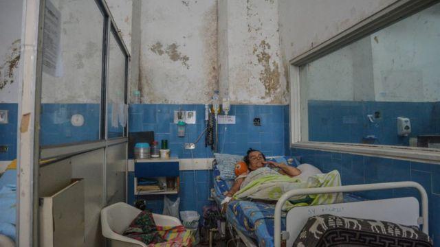 Hombre en un hospital en mal estado