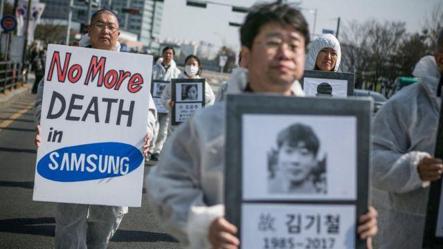 삼성반도체 공장에서 일하다 백혈병으로 사망한 황유미씨의 10주기를 맞아 지난 3월 시민단체가 79명의 사망자 영정사진을 들고 추모행진을 하고 있다.