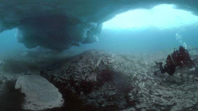 Mergulhador debaixo do iceberg