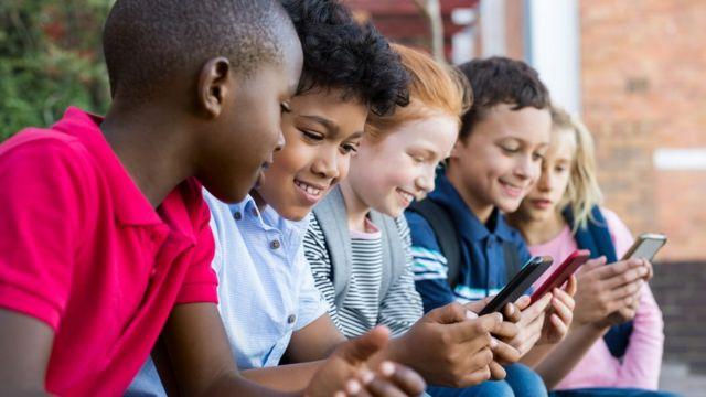 Niños usando sus celulares