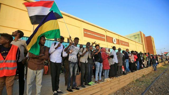 مئات السودانيين في طريقهم من الخرطوم إلى عطبرة للاحتفال بالذكرى الأولى للثورة