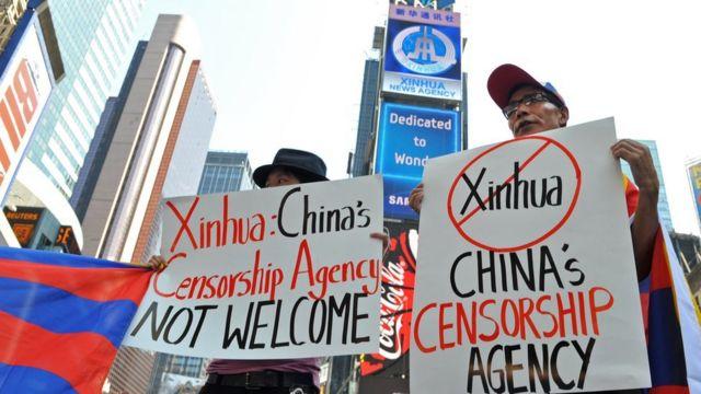 中國官方新華社內容出現在美國紐約時代廣場,引來抗議。
