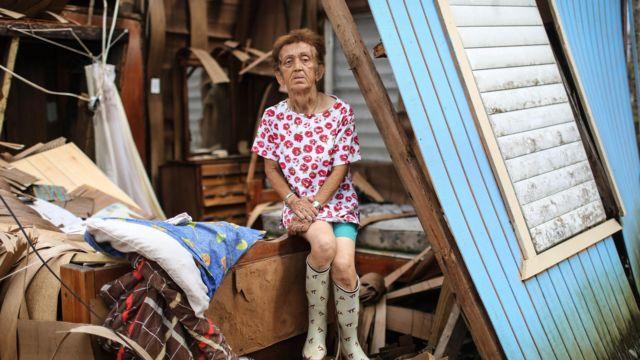ハリケーン被害から3週間、破壊された家屋にたたずむ被災者女性
