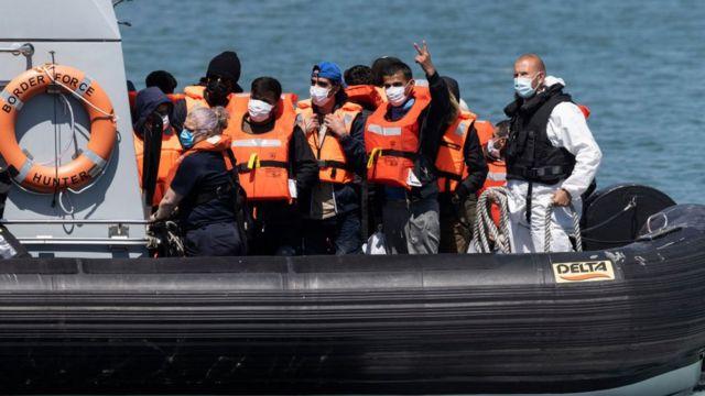 Dover kentinde İngiliz Sınır Gücü teknesinde Manş Denizi'nden ülkeye yeni gelen düzensiz göçmenler taşınıyor (09 Haziran 2021)