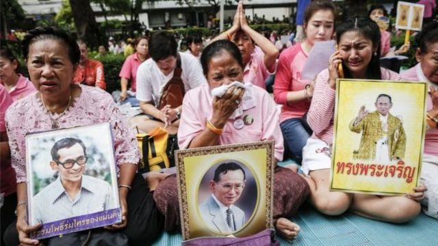 थाईलैंड के कई नागरिकों पिंक पोशाक पहने