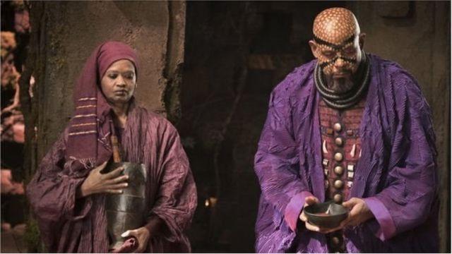 Les réalisateurs ont mis en scène une contrée africaine riche, jamais colonisée, qui accueille les réfugiés des nations les plus pauvres.