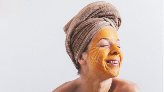 Mulher com máscara facial de ovo