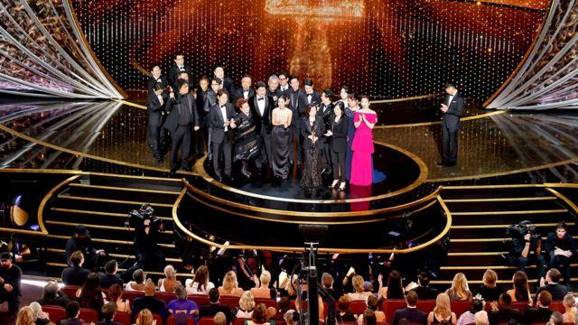 """El elenco y el equipo técnico de """"Parasite"""" aceptando el Oscar a la mejor película"""