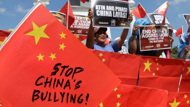 """图为2019年在菲律宾马尼拉举行的一场反对中国在南海""""侵略""""的示威现场(资料照片)。"""