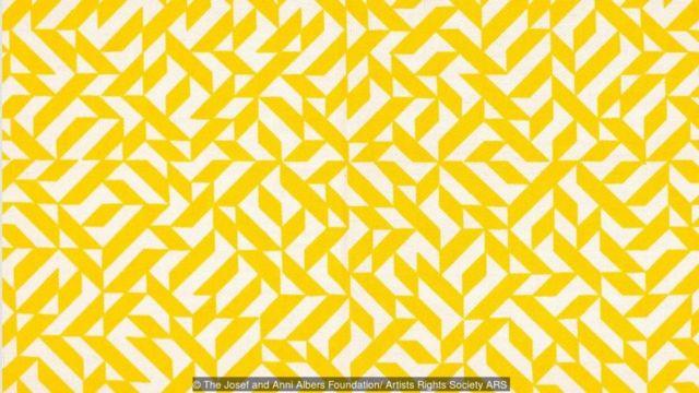 Karya cetak sablon di tekstil tenun, Eclat, 1974, memperlihatkan penggunaan warna yang berani dari Albers.