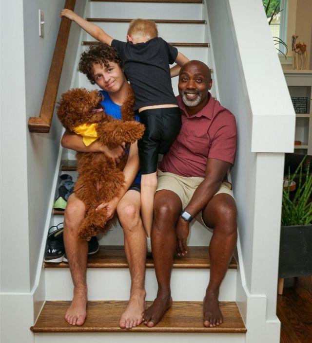 Peter, Anthony et Johnny dans les escaliers avec leur chien
