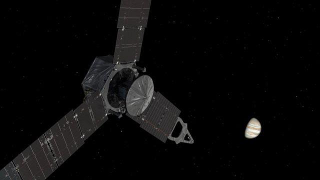 Una ilustración de Juno acercándose a Júpiter. La nave tiene cámaras para sacar fotos al planeta de mayor calidad en la historia.