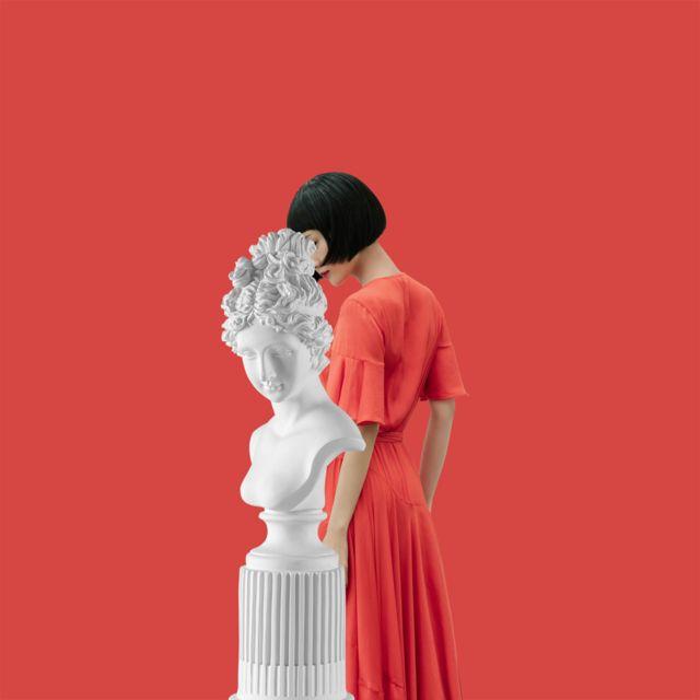 Жена и статуа