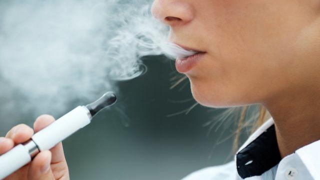 Женщина с электронной сигаретой