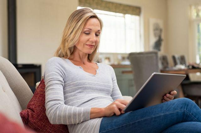 Mujer leyendo desde una tablet