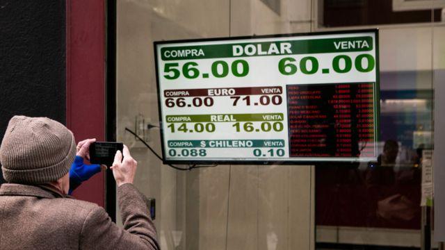 Una pizarra mostrando el dólar en 60 pesos.