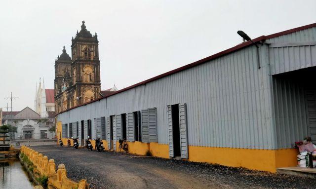 Một ngôi nhà thờ tạm đã được dựng lên bên cạnh nhà thờ Bùi Chu để giáo dân sinh hoạt trong thời gian chờ nhà thờ mới