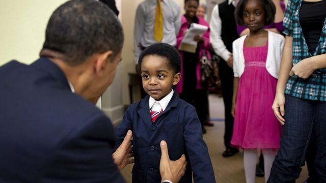 خوش و بش باراک اوباما با یکی از کودکان بازدیدکننده در کاخ سفید، ۵ فوریه ۲۰۱۰