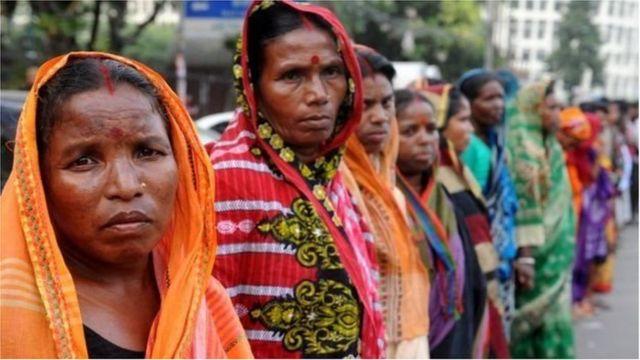 ব্রাহ্মণবাড়িয়ার ঘটনার প্রতিবাদে ঢাকায় মানববন্ধনে অংশ নেয়া কয়েকজন