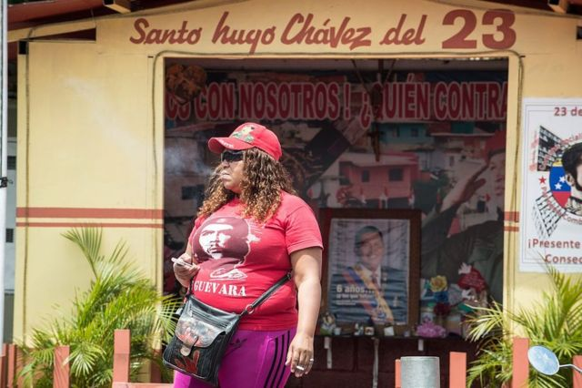 Mujer ante la capilla del Santo Hugo Chávez del 23, en el barrio 23 de enero de Caracas, Venezuela, el 27 de febrero de 2017.
