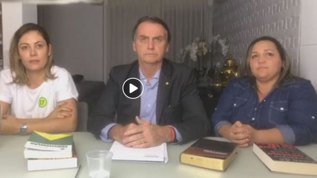 Jair Bolsonaro junto a su esposa, Michelle (izquierda) y una intérprete del lenguaje de señas